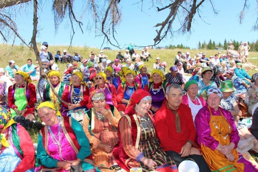 Фото закамских удмуртов в поле, в цветных одеждах