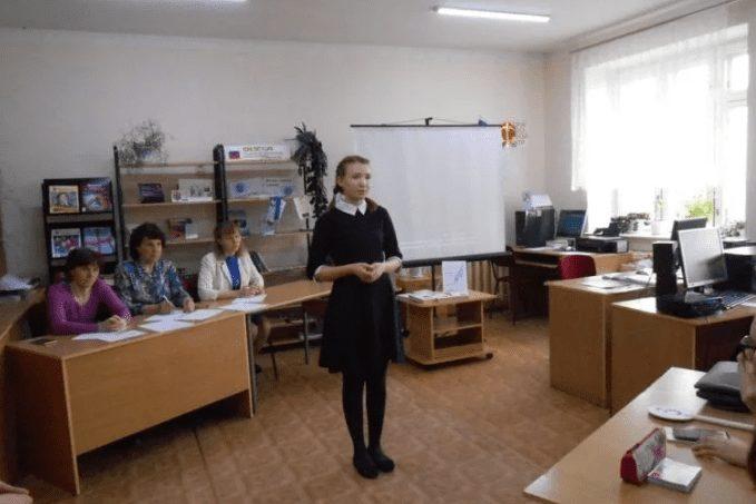 девочка в классе перед комиссией