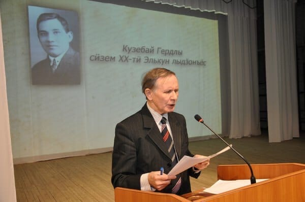 Александр Шкляев за трибуной читает с листа