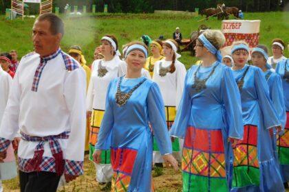 Люди в национальных костюмах на празднике гербер