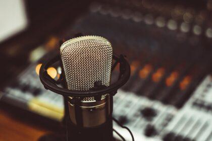 конденсаторный микрофон на фоне микшерского пульта