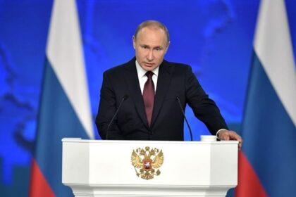 Путин за трибуной
