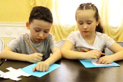 Фото мальчика и девочки, знающих два языка