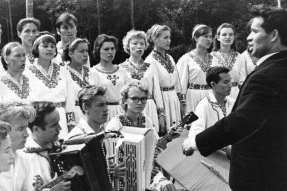 Старое черно-белое фото марийского праздника цветов
