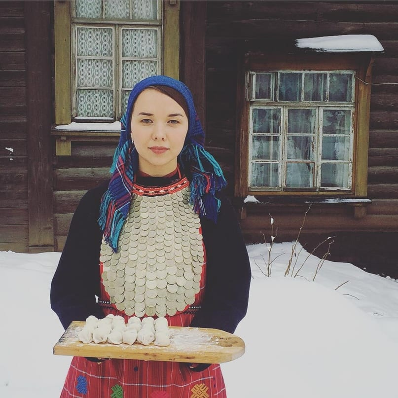 Фото удмустская девушка в монисто с подносом пельменей