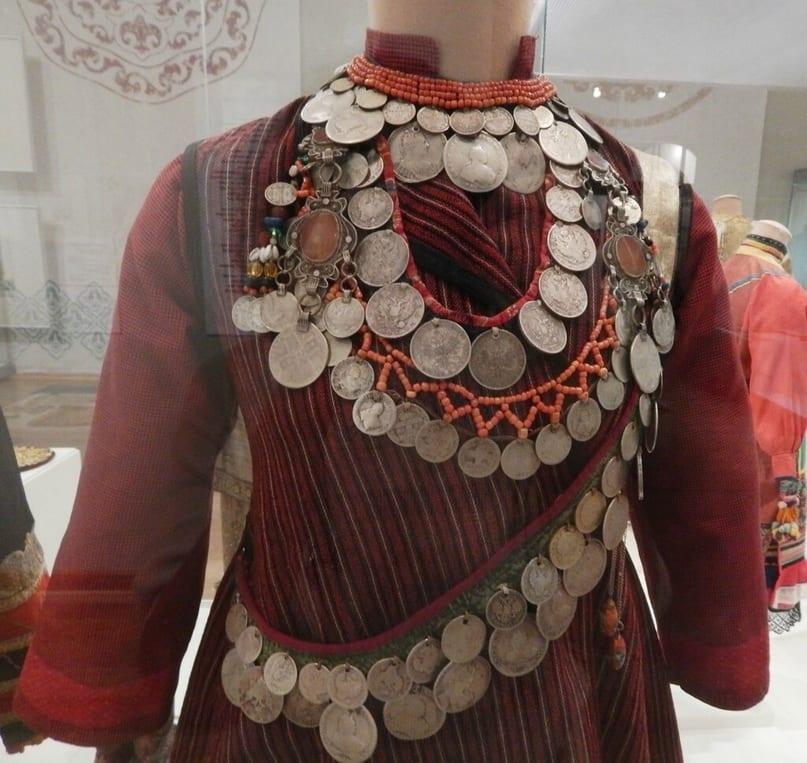 Фото манекен с монисто, монеты и бисер