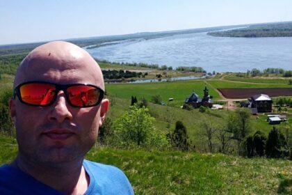 Фото Руслана Миронова на фоне Сидоровых гор, но это не точно