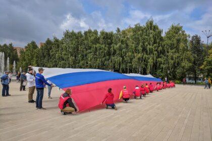 Фото волонтёры развернули огромный флаг России
