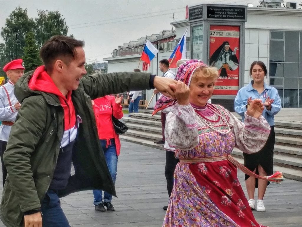 Фото Богдан Анфиногенов танцует с женщиной на дне флага России