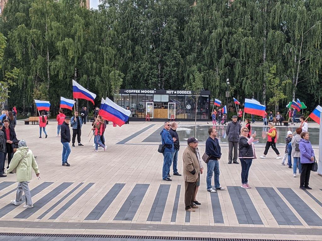 Фото много людей на площади ходят с флагами России