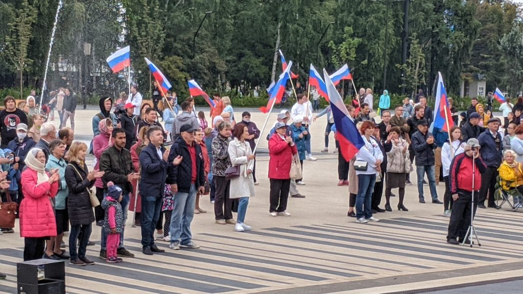 Фото множество людей пришли на праздник, посвященный дню государственного флага Российской федерации