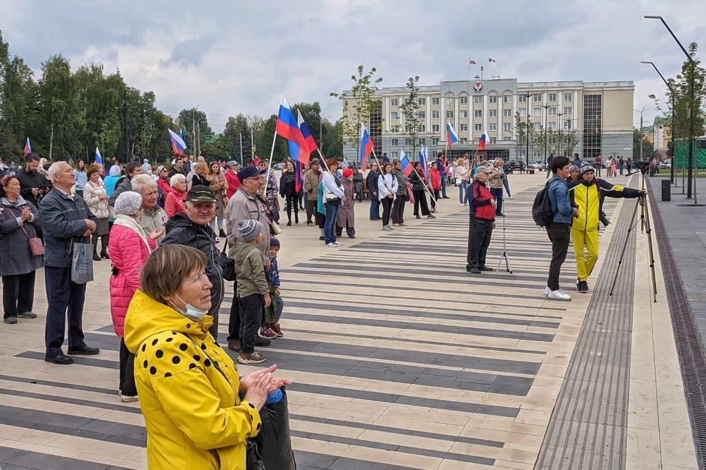 Фото много людей на площади в Ижевске пришли посмотреть на концерт на дне флага России