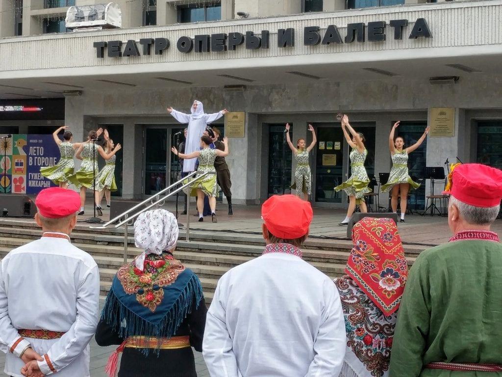 Фото выступление у театра оперы и балета на дне флага России