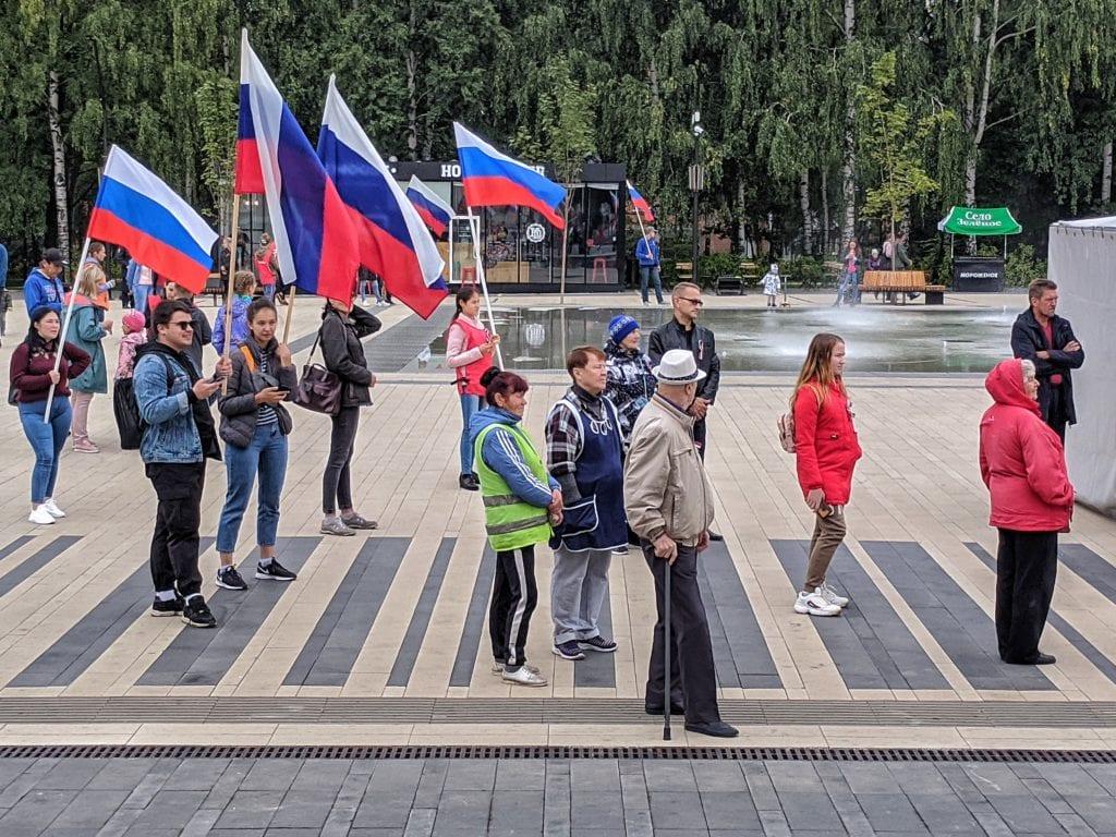 Фото люди с флагами России гуляют на площади