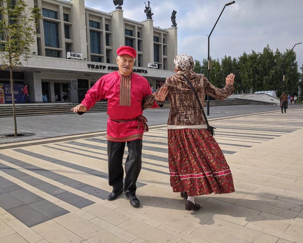 Фото мужчина и женщина танцуют, держась за руки на дне флага