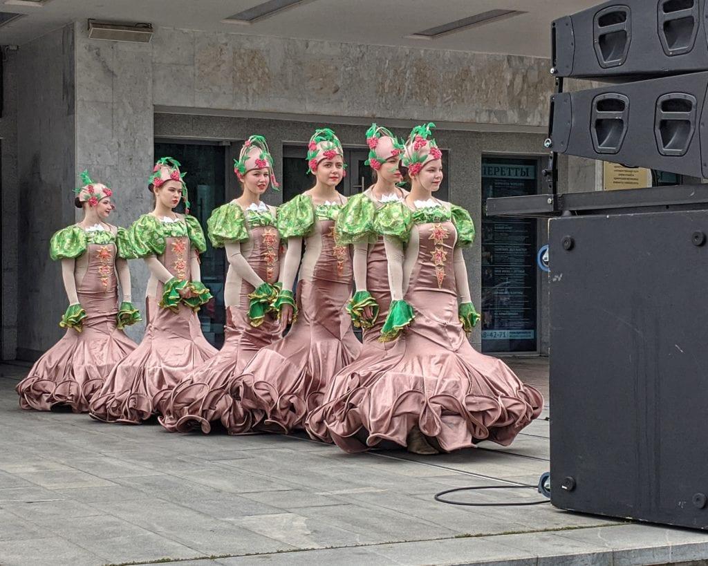 Фото девочки в нарядных костюмах готовятся к выступлению на дне флага России