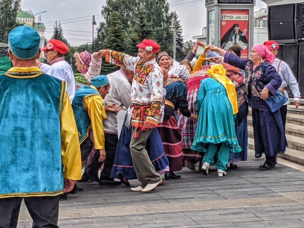 Фото люди на площади играют в русскую игру ручеек