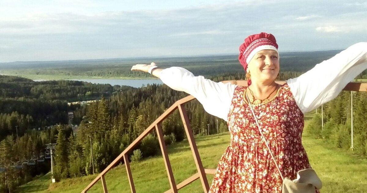 Фото с фестиваля высокий берег, женщина на фоне леса и реки