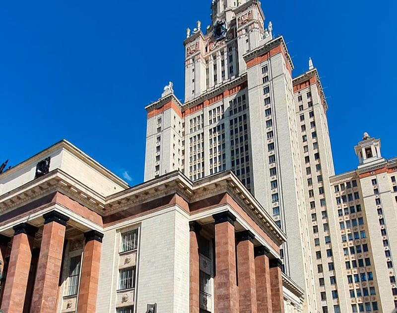 Фото здания мгу на фоне чистого синего неба