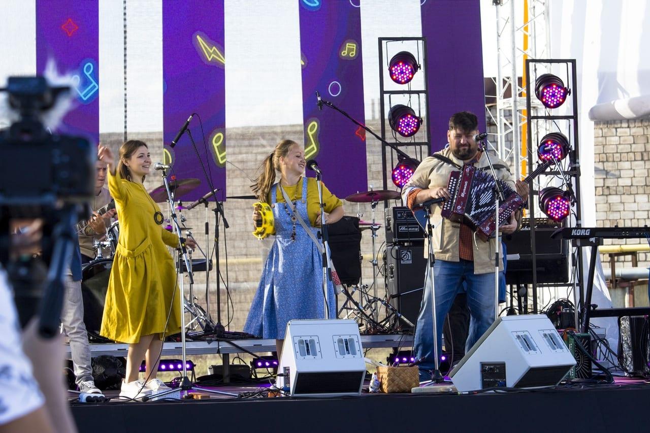 Фото на сцене фестиваля тангыра группа шай-май