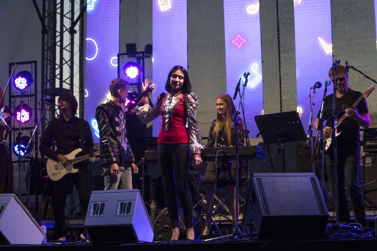 Фото с фестиваля тангыра, солистка национального оркестра морденс на сцене с микрофоном