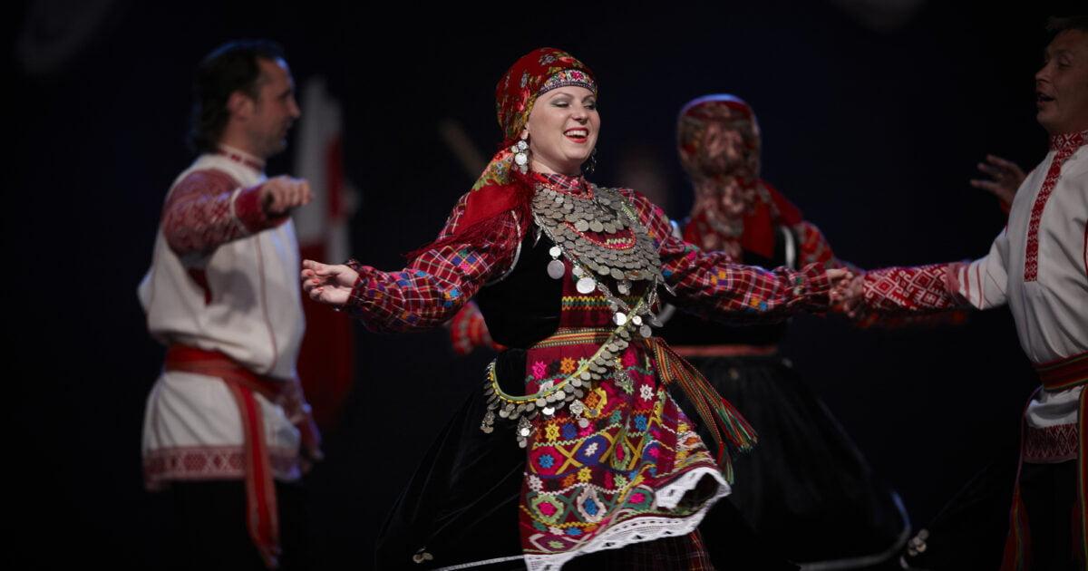 """Фото женщина танцует в национальной одежде на днях родственных народов """"Пермская ветвь"""""""