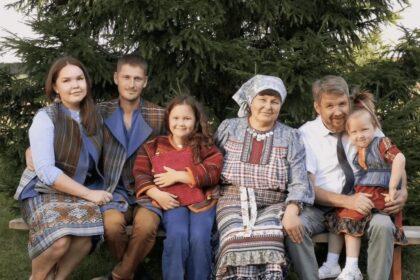 Фото семьи на скамейке в комплектах удмуртской современной одежды