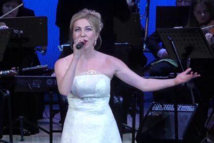 Фото Марии Гроздовой на сцене на фоне оркестра