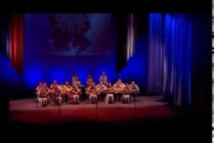 """Фото исполнителей ансамбля крезистов """"Сайкан"""" на сцене"""