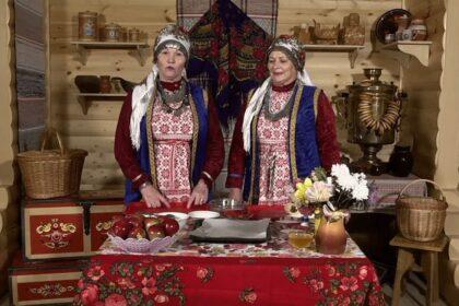 Фото женщин в платках у накрытого стола