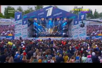 Фото сцена и толпа зрителей, первый канал