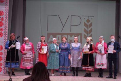 Фото вручение сертификатов на сцене