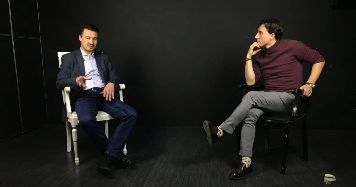 """Фото двое мужчин общаются в тёмной студии на съёмках видеолекций """"Тубат"""""""