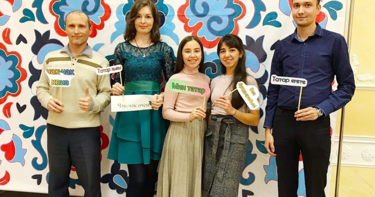 Фото участников татарской викторины чак-чак квиз на фоне татарских узоров
