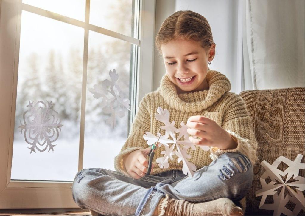 Фото девочка вырезает снежинку из бумаги