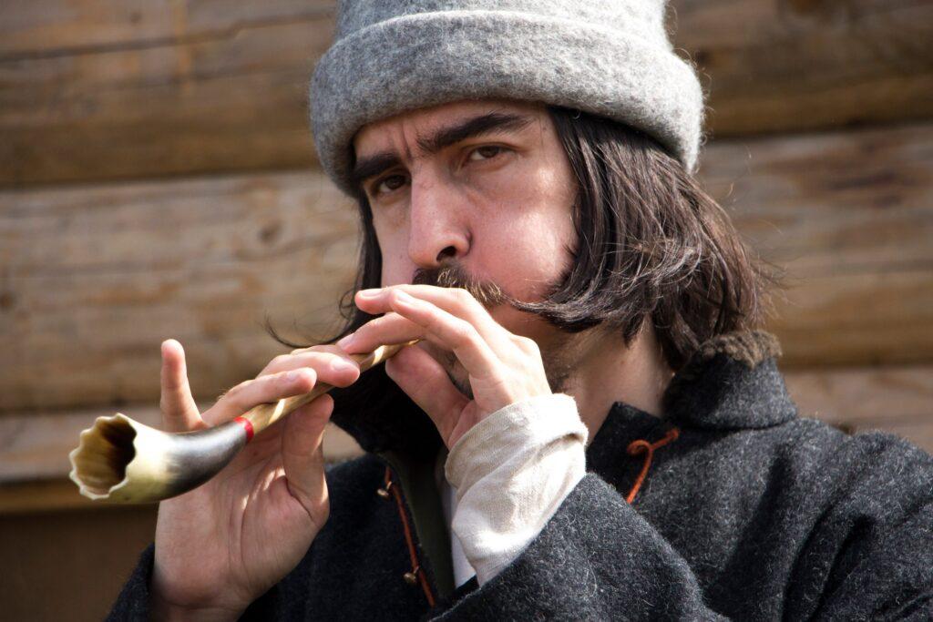 фото Евгений Ербенев играет на рожке