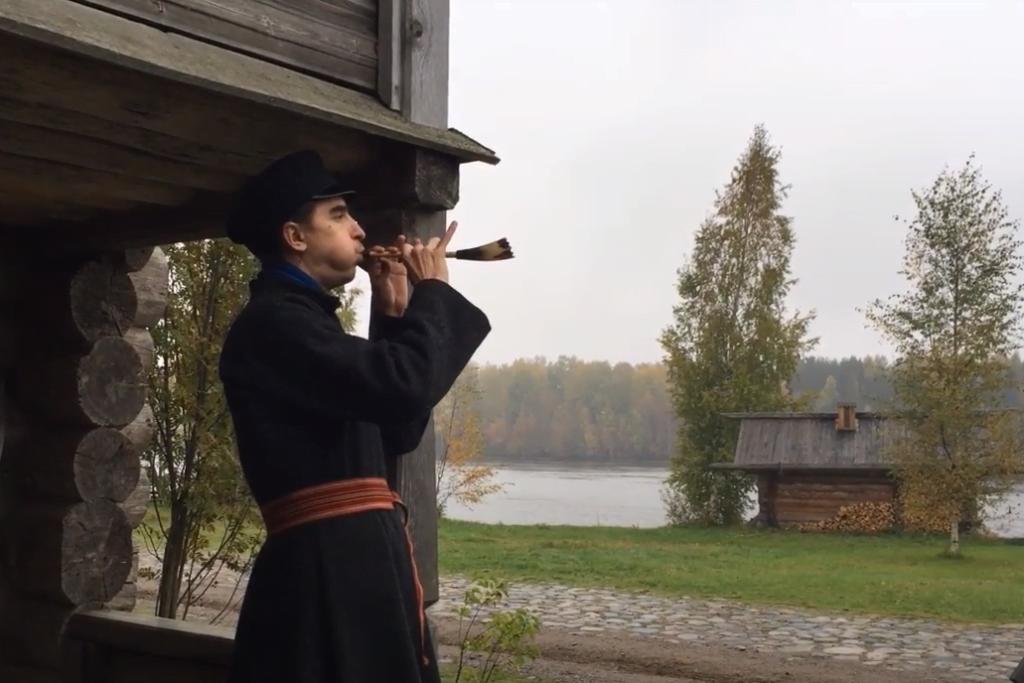 Фото мужчина играет на тверском рожке