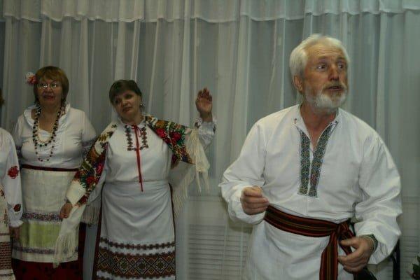 Фото мужчины-украинца, танцующего гопак