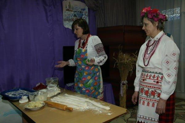 Фото украинок, лепящих вареники