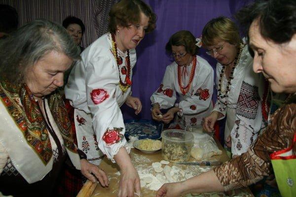 Фото украинок на мастер-классе по лепке вареников