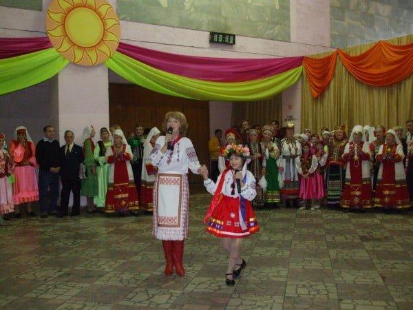 Фото женщины и девочки украинки на концерте