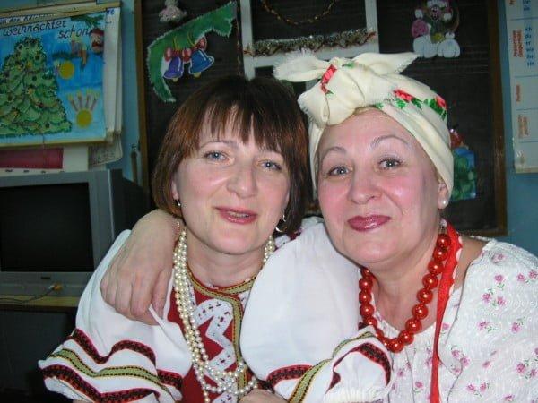 Фото женщин-украинок с бусами, обнимаются