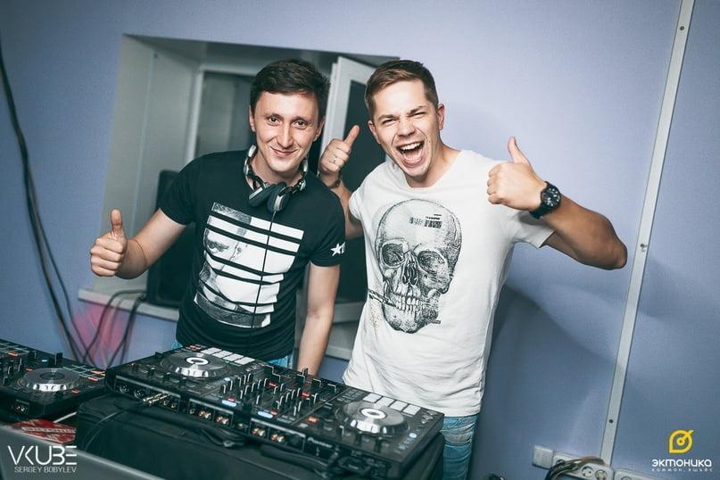 Фото Алексея Анкудинова и Владислава Горжака на студии звукозаписи