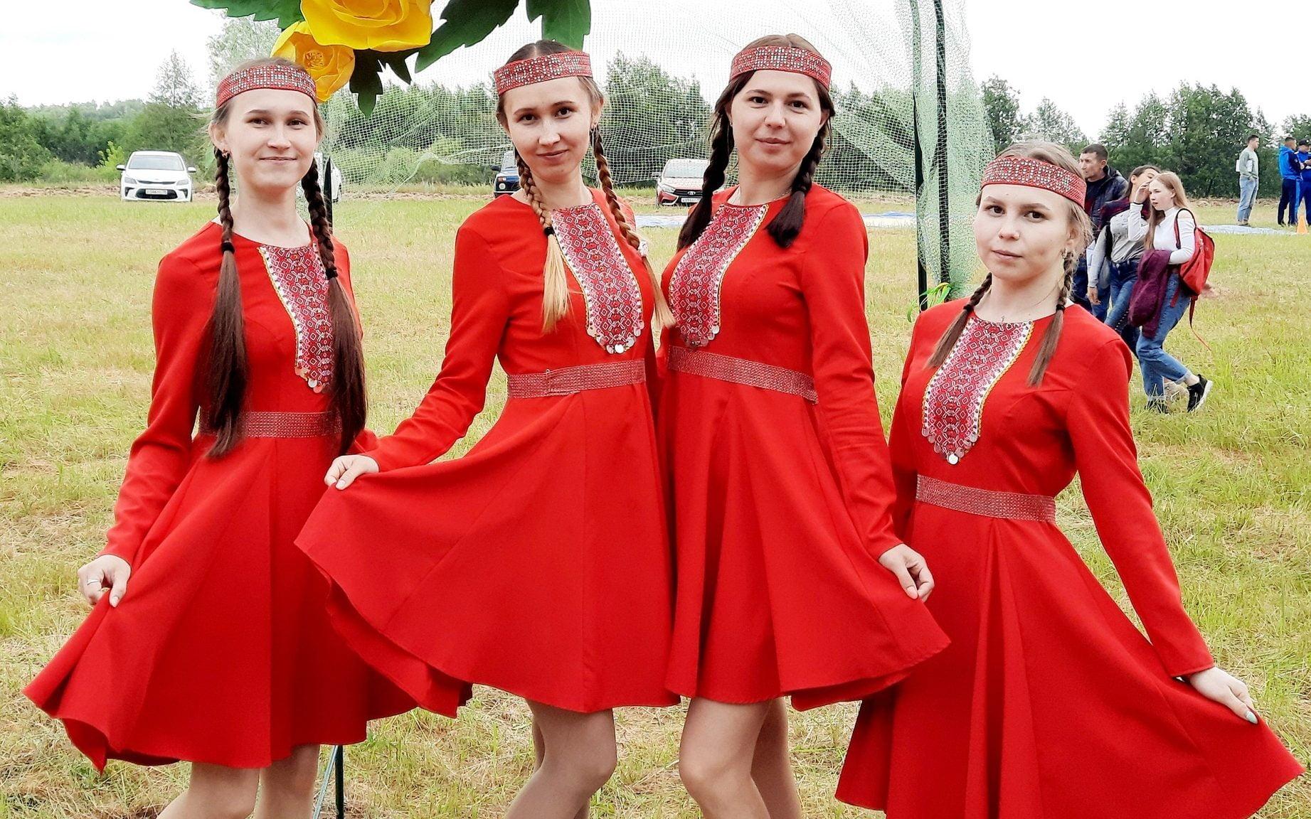 фото девушек-мариек в красных национальных платьях